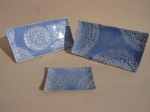 petits plateaux et porte savon bleu irisé dentelles